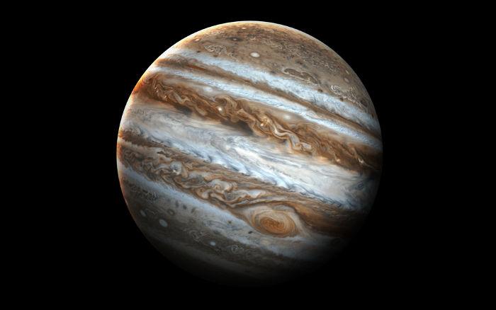 Júpiter contém o dobro da massa de todos os outros planetas do Sistema Solar.