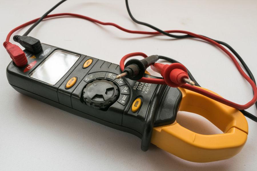 O amperímetro alicate mede a corrente elétrica sem necessidade de se cortar o fio.