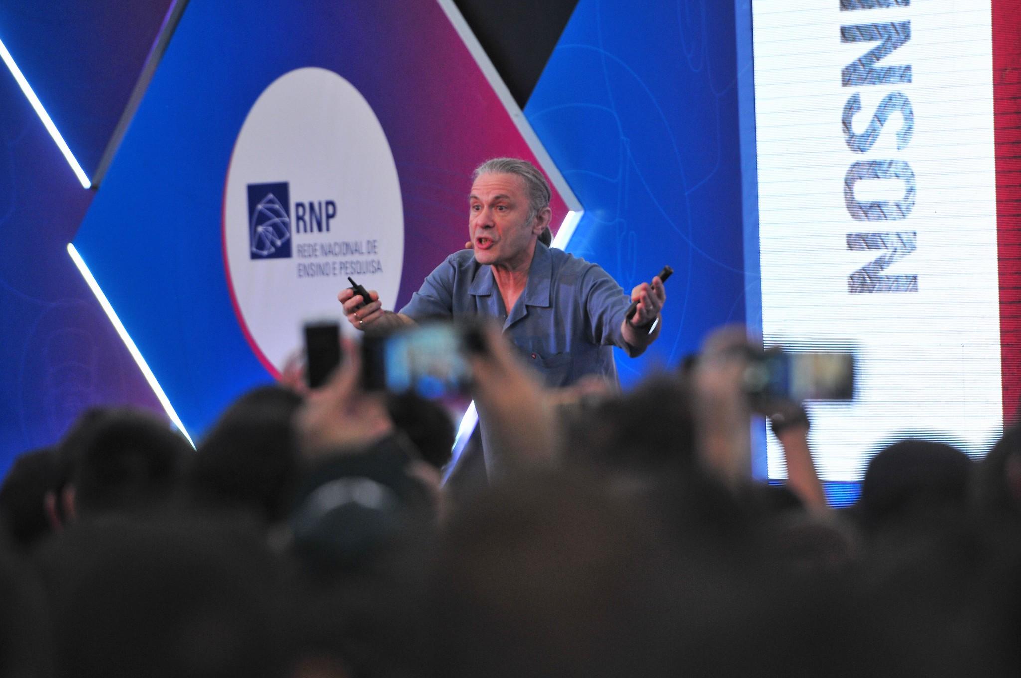 Palestras do cantor Bruce Dickinson foram disputadas no Brasil. [5]