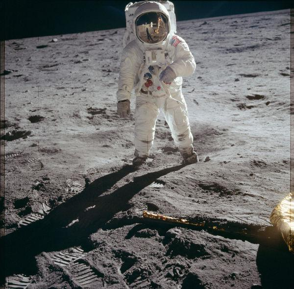 Buzz Aldrin explorando a superfície lunar durante a Apollo 11. (Crédito: Nasa)