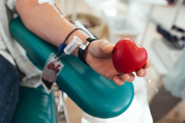 A doação de sangue é um ato voluntário que pode ajudar pessoas que necessitam de transfusão.