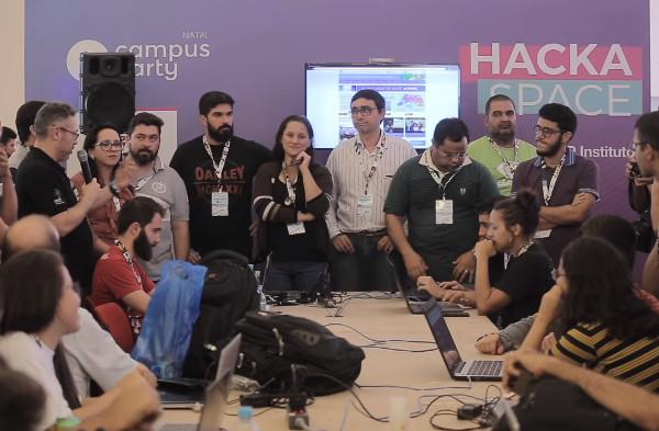 O Hacka Space é uma ótima oportunidade para fazer contatos de negócios. [4]