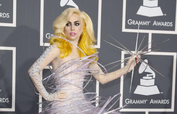 Lady Gaga chegou a cancelar shows devido às dores da fibromialgia.*