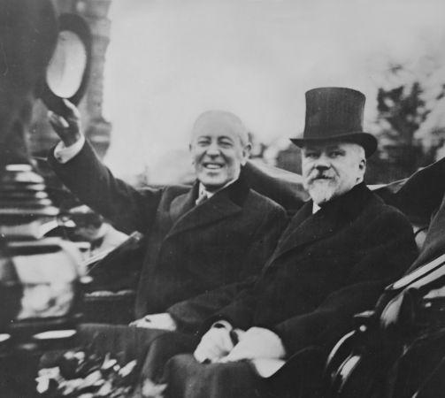 Woodrow Wilson (com o chapéu na mão), presidente americano que esteve envolvido nas negociações que aconteceram na Conferência de Paz de Paris.