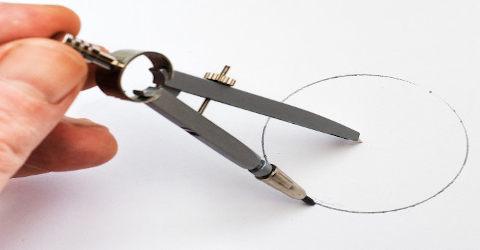 Círculo sendo desenhado por um compasso