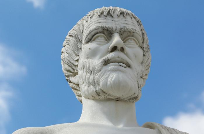 Aristóteles associa a retórica e a lógica à composição da linguagem.
