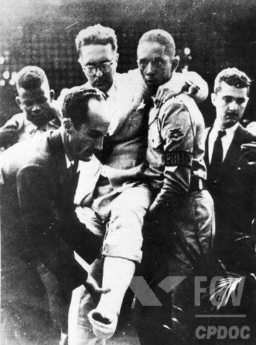 Carlos Lacerda logo após o Atentado da Rua Tonelero, que aconteceu em agosto de 1954. [1]