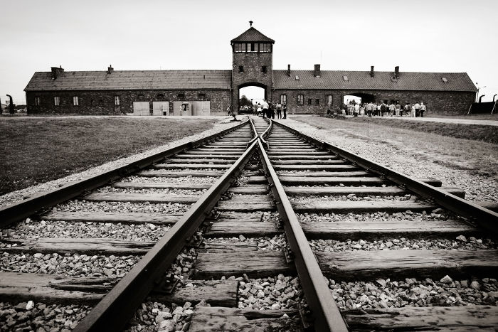 O campo de concentração de Auschwitz é um dos maiores símbolos do horror nazista, um exemplo claro do que é o totalitarismo.