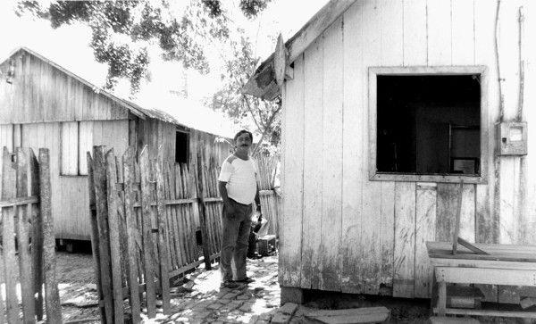 Chico Mendes em frente a casa onde morou e foi assassinado. ³