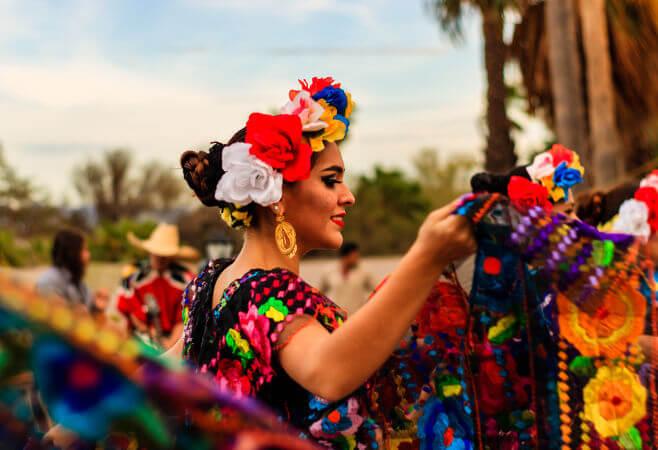 A dança é um dos elementos que compõem o folclore de um povo. Na imagem, uma dançarina de uma dança típica do México. [1]