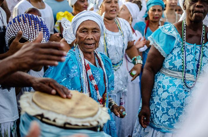 Praticantes do candomblé em celebração tradicional do Dia de Iemanjá.