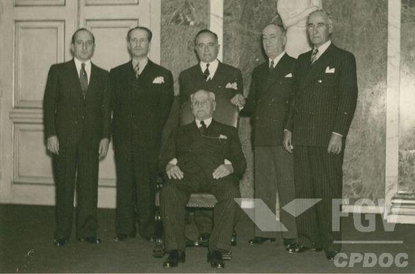 Getúlio Vargas (ao centro) com seu pai e seus quatro irmãos. [1]