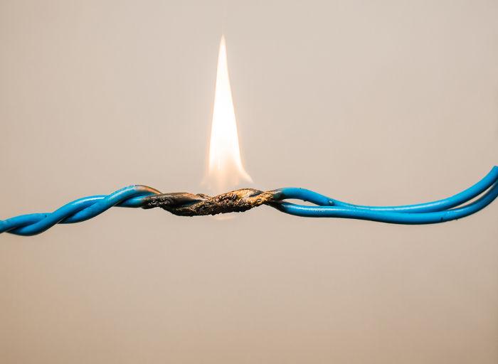Efeito Joule é o fenômeno que causa o aquecimento e derretimento da camada protetora dos fios.