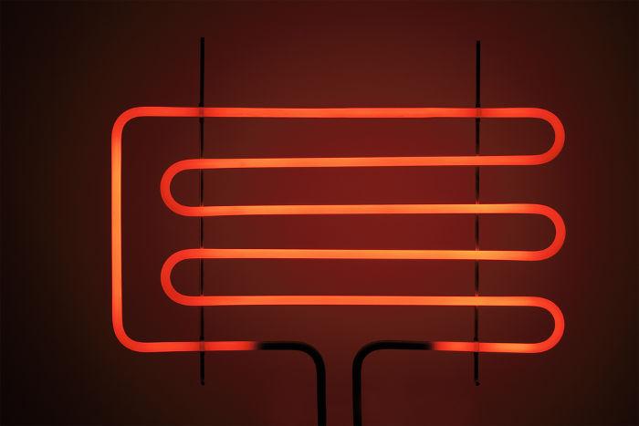 A grelha acima está emitindo calor em razão da corrente elétrica que percorre a sua resistência.