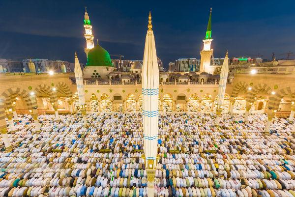 Realizar as cinco orações diárias é um dos pilares básicos da fé islâmica. [1]