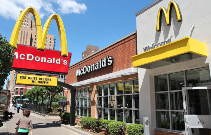 McDonald's é considerada a maior rede de restaurantes de fast-food de hambúrguer do mundo, com sede nos Estados Unidos.*