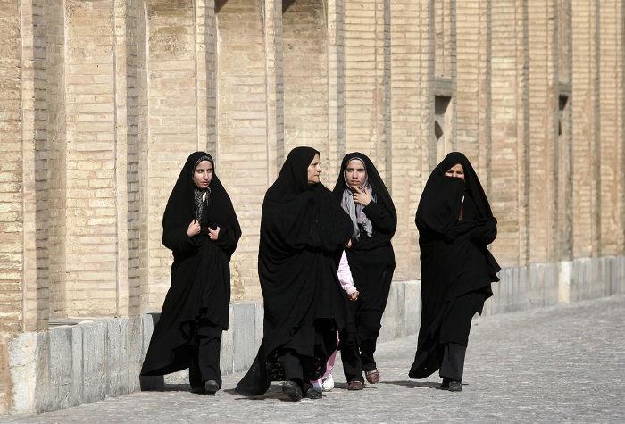 No Irã, como em outros Estados islâmicos, as mulheres devem esconder seus rostos com o véu e, em alguns casos, usar a burca, que cobre todo o corpo.