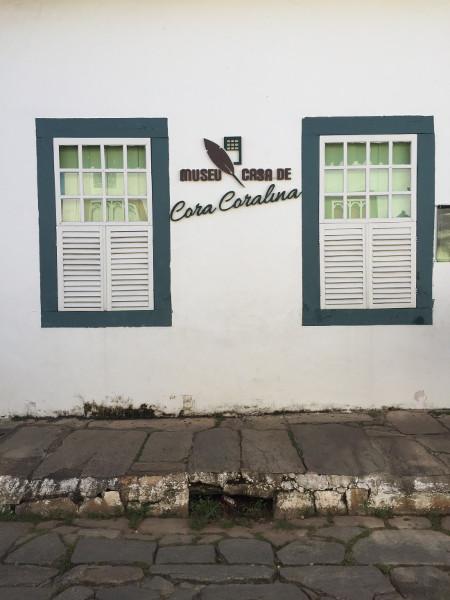 Detalhe da fachada do Museu Casa de Cora Coralina, na Casa Velha da Ponte (Créditos: acervo pessoal).