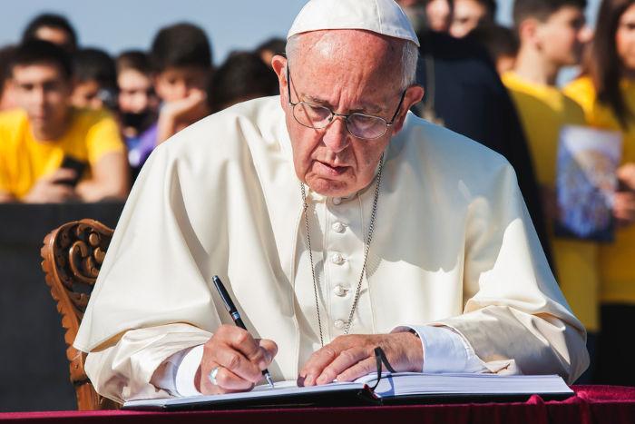 O Sumo Pontífice da Igreja Católica é o líder do Estado do Vaticano, um pequeno território teocrático situado dentro de Roma e comandado pela Igreja Católica.