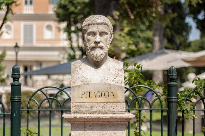 O teórico da relação entre hipotenusa e catetos, exposta no Teorema de Pitágoras, deixou grande aporte para o pensamento filosófico pré-socrático.