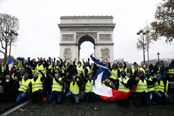 Protesto contra o aumento dos preços dos combustíveis e do petróleo na França, país que tem uma longa tradição de luta democrática contra as ações arbitrárias do governo.[3]