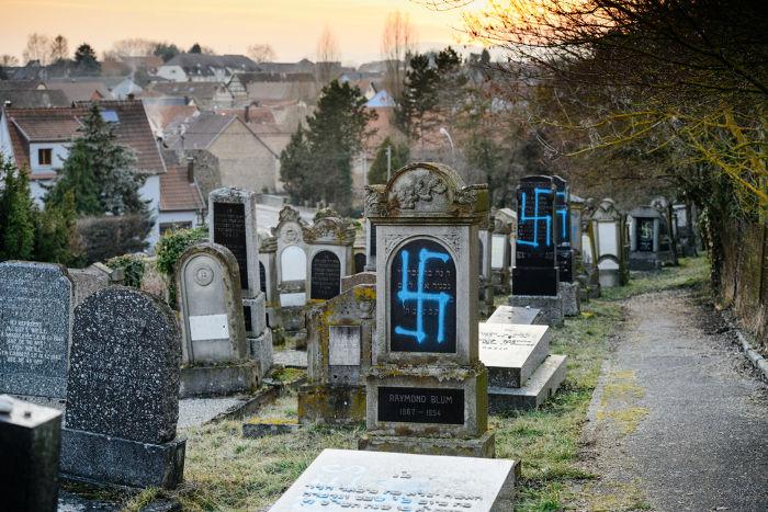 Um cemitério judaico, localizado na França, teve as lápides pichadas com suásticas nazistas, ato de preconceito e intolerância religiosa.