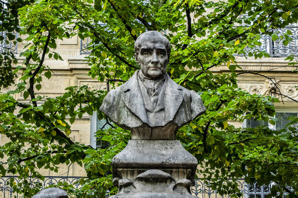 Auguste Comte é um dos autores mais importantes da escola positivista e também é considerado o fundador da Sociologia.