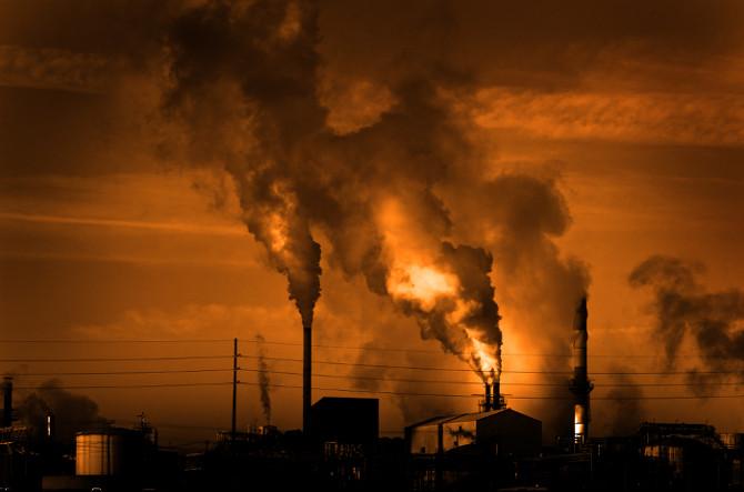 A queima de combustíveis fósseis é uma das principais fontes de emissão de monóxido de carbono.