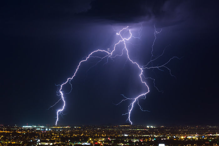 Raios são gerados por correntes elétricas intensas que tanto podem descer como subir do solo.