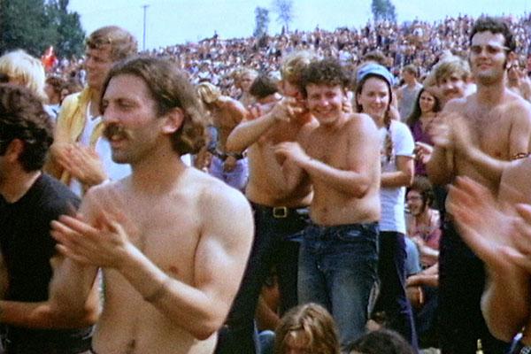 Multidão de jovens no Festival de Woodstock, um marco da contracultura em 1969. [1]