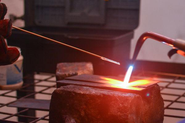 O gás que é expelido do maçarico é capaz de transferir grande quantidade de energia térmica.