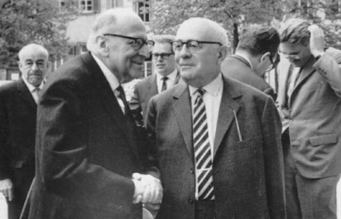 Adorno (na frente, à esquerda) cumprimentando Horkheimer (na frente, à direita).