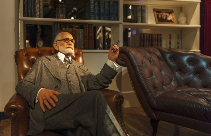 """Freud realizava a """"cura pela fala"""" em seu consultório, que ficava no prédio onde ficava sua casa, em Viena.[1]"""