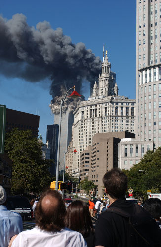 O impacto dos aviões e o incêndio fizeram o World Trade Center desabar poucos minutos depois.[2]