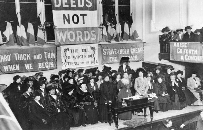 Reunião das sufragistas com a presença da líder do movimento, Emmeline Pankhurst.
