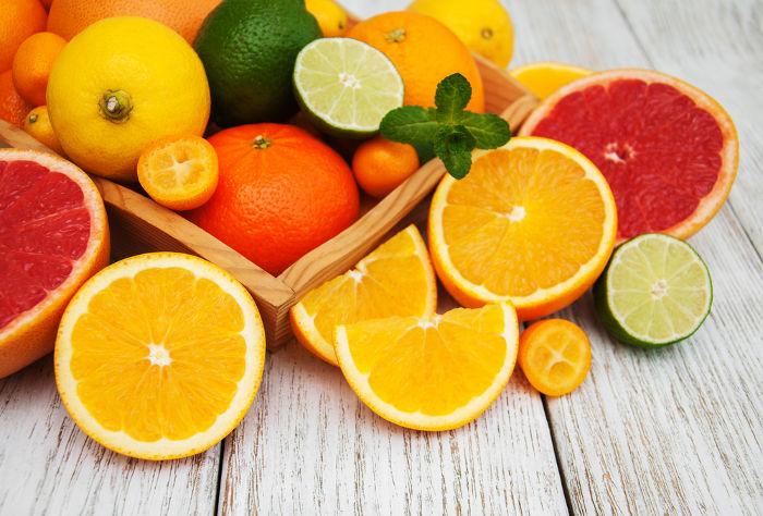 O ácido cítrico encontrado em algumas frutas é um dos exemplos de ácidos presentes no nosso dia a dia.