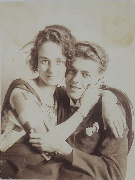 René Magritte e sua esposa, Georgette, no dia do casamento. [1]