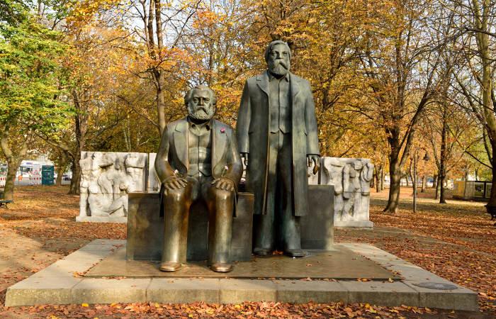 Karl Marx (à esquerda) e Friedrich Engels (à direita) foram os responsáveis pela elaboração teórica do marxismo.