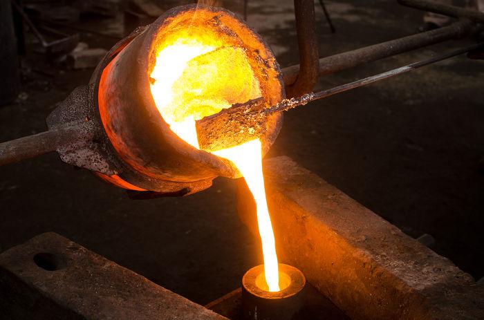 Após atingir a temperatura de fusão, o metal absorveu calor latente e, então, derreteu.