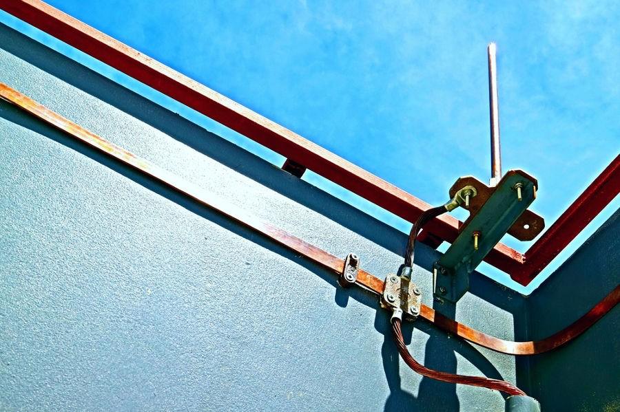 Os para-raios de Melsen envolvem as estruturas, formando uma gaiola de Faraday.