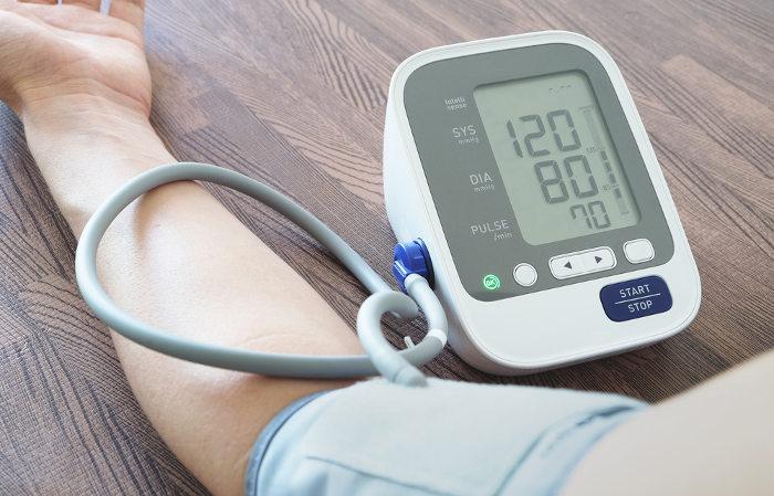 A pressão sanguínea é expressa por dois números, sendo o primeiro relacionado à pressão sistólica, e o segundo, à pressão diastólica.