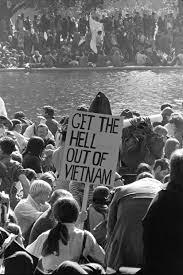 A Guerra no Vietnã levou os jovens dos Estados Unidos a rebelarem-se contra a cultura americana. A tradução da placa diz: Tire o inferno do Vietnã.