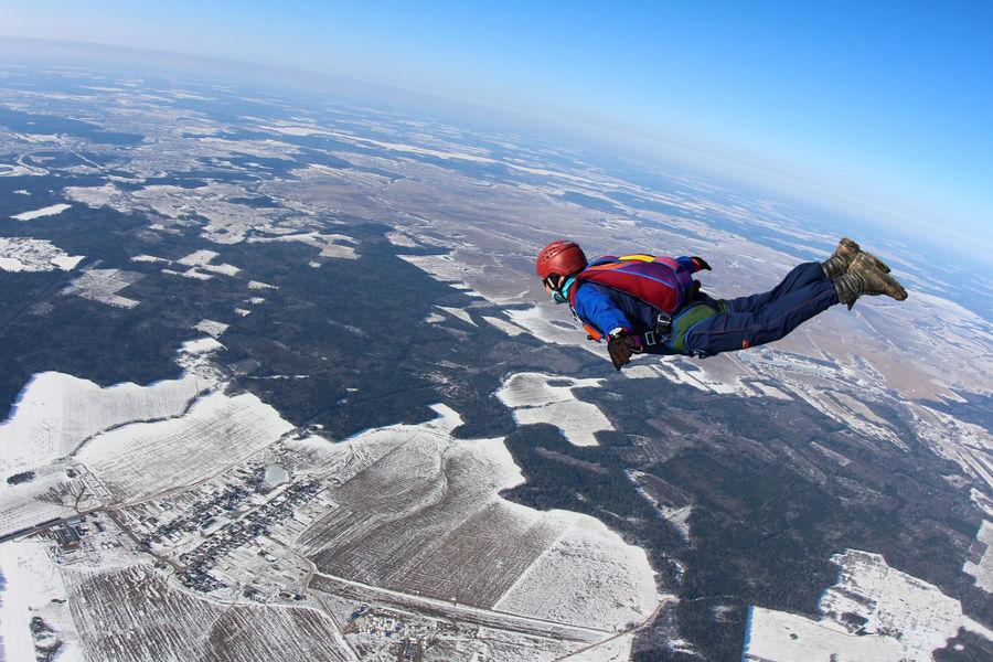 Apesar de ser chamado de queda livre, o movimento do paraquedista sofre a resistência do ar.