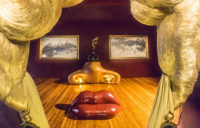 Foto da Sala Mae West, obra de Dalí, constituída de um cômodo em que o espectador pode de fato entrar na obra de arte. A sala fica no Teatro-Museu Dalí.