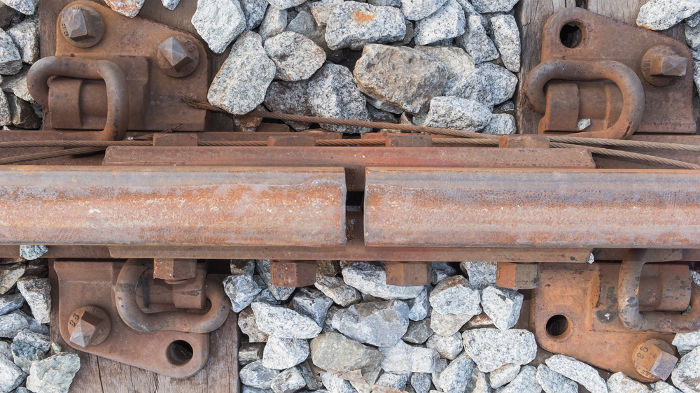 Os trilhos de trem são espaçados para que possam dilatar sem que se entortem.
