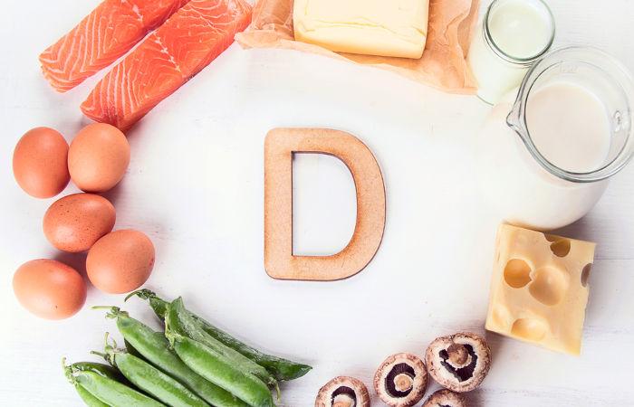 A vitamina D, apesar de ser encontrada nos alimentos, é conseguida pelo nosso organismo, principalmente, por meio de sua síntese na pele.