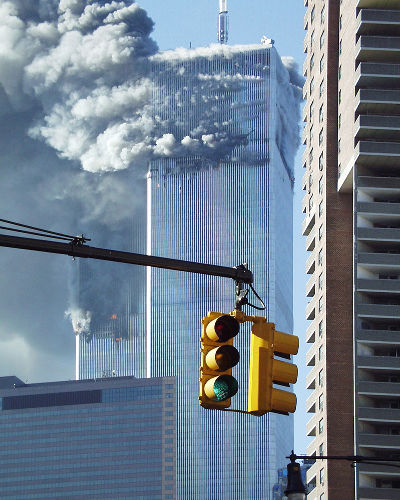 As Torres Gêmeas foram atacadas por dois Boeing às 08:46 e às 09:03 do dia 11 de setembro de 2001.[1]