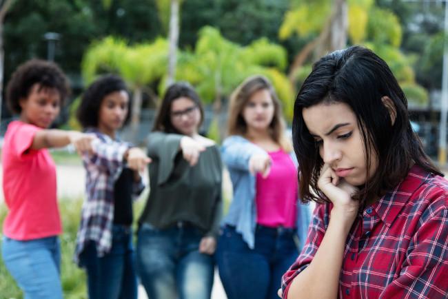 Assim como o bullying, o cyberbullying provoca isolamento social.