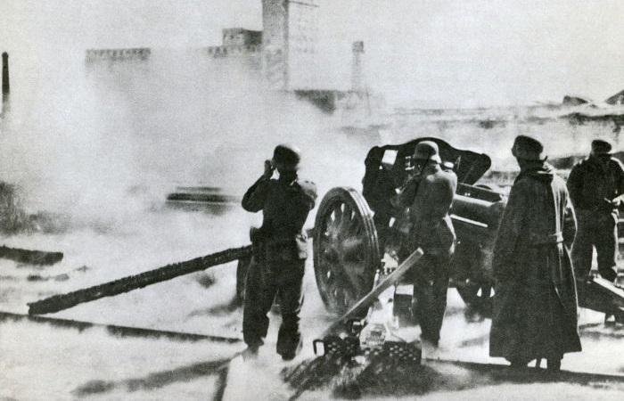 Tropas alemães bombardeando a cidade de Stalingrado durante a Segunda Guerra Mundial.[1]