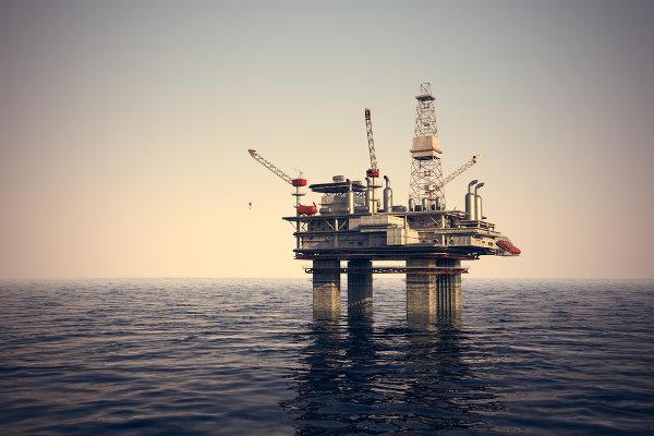 Acidentes em plataformas de petróleo podem liberar uma grande quantidade de óleo nos oceanos.